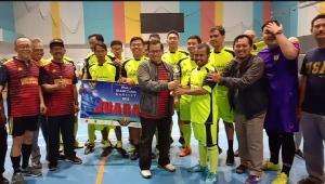 Seskab Serahkan Piala Juara 1 Liga Futsal Sekretariat Kabinet