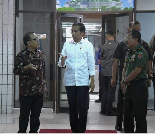 Presiden Jokowi Jenguk BJ Habibie di CICU RSPAD