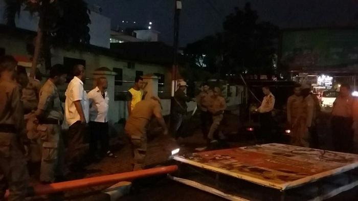 Dalam Satu Malam, 34 Reklame Liar di Kota Medan Dibongkar Paksa