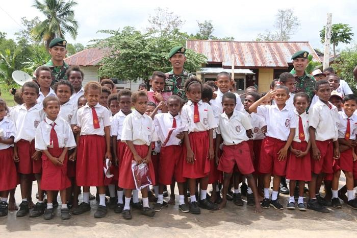 HUT TNI ke-74, Satgas Yonif 411 Kostrad Bagikan Kado Seragam Sekolah di Perbatasan