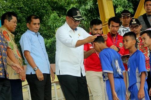 Wakil Walikota Serahkan Tropi Juara Liga Pendidikan Medan