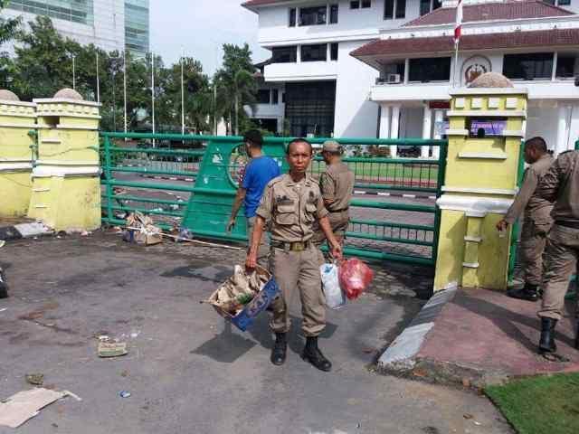 Tak Ditemui Dzulmi Eldin, Warga Bongkar Tenda di Depan Walikota Medan