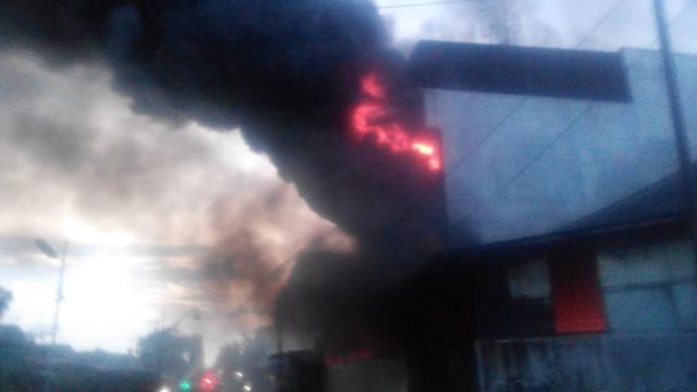Kebakaran Hanguskan Ruko Empat Lantai dan Gudang Mabel di Jalan Pukat Banteng IV Medan