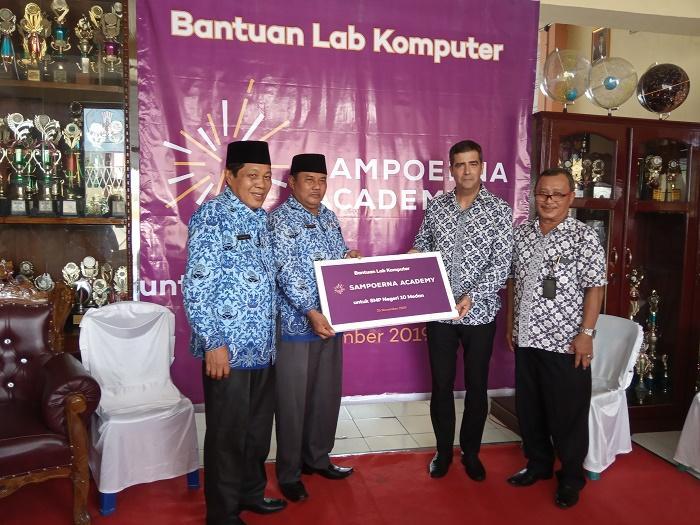 Sampoerna Academy Donasikan 60 unit Komputer untuk SMP Negeri 10 Medan
