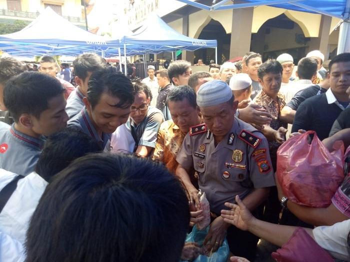 Kapolsek Medan Timur Bagikan 200 Nasi Bungkus dan Pesan kamtibmas untuk Warga Jalan Jawa