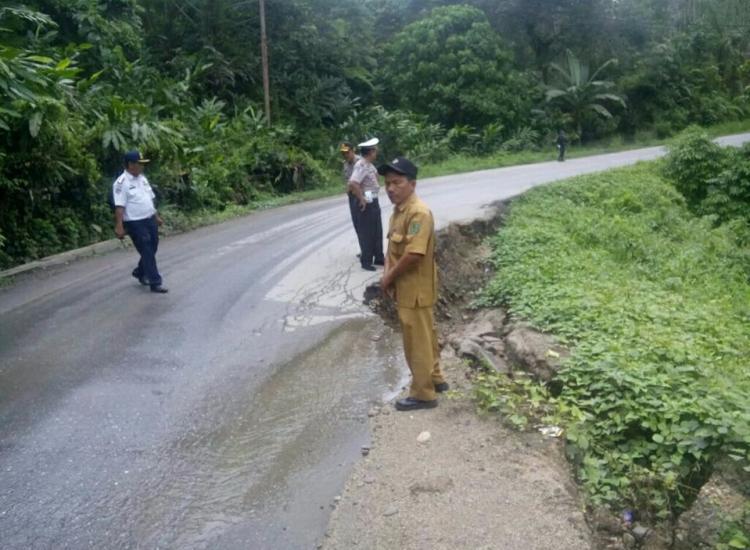 Polres Tapsel Melakukan Pengecekan Jalan Longsor di Sipirok