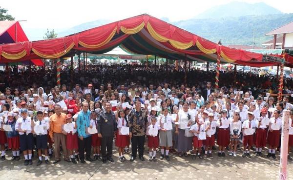 Fokus Benahi Pendidikan, Pemkab Samosir Beri Beasiswa Siswa Berprestasi dan Yatim Piatu