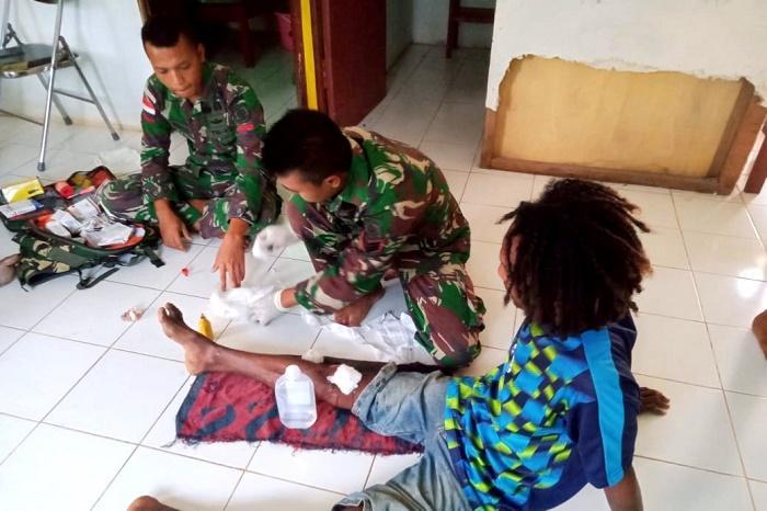 Satgas Yonif 411 Kostrad Obati Korban Kecelakaan di Jalan Trans Papua