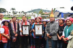 Festival Danau Toba Pecahkan Rekor MURI, 1.024 Orang Pakai Bulang Sulappei
