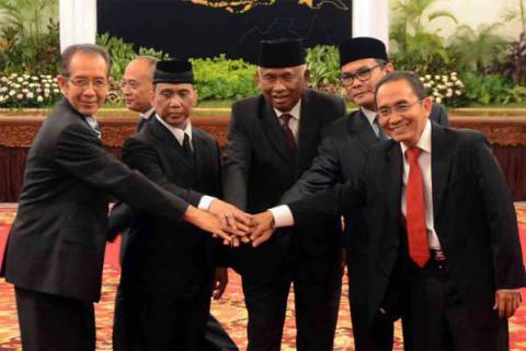 Jokowi Lantik Tiga Pimpinan Sementara KPK