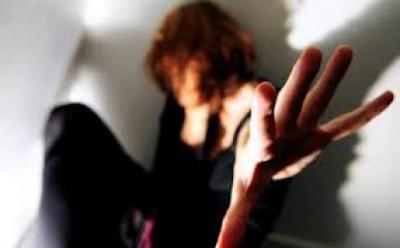 Remaja Perempuan Hati-hati dalam Penampilan