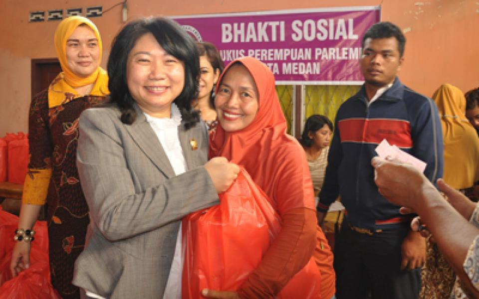 Kaukus Perempuan Parlemen Kota Medan Bagi Sembako di Denai