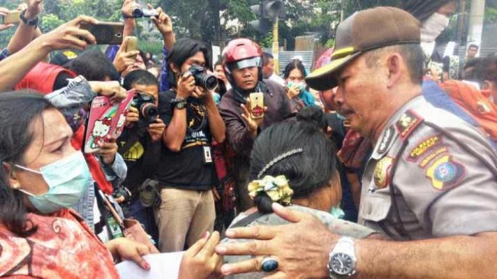 Demo di Tengah Jalan, Kanit Reskrim Polsek Percut Seituan Redam Emosi Pedagang Aksara