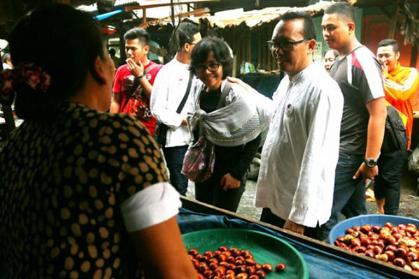 Ramadhan Pohan Ajak Istri Blusukan ke Pasar