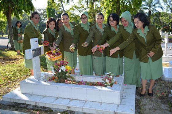 Persit KCK Koorcab Rem 022/PD I/Bukit Barisan Ziarah ke Taman Makam Pahlawan Pematang Siantar