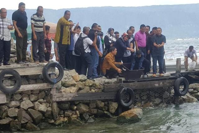 Gubernur Sumut Tabur Ribuan Bibit Ikan Tawes dan Nila ke Danau Toba