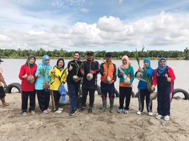 Walikota Tanjungbalai Lakukan Penanaman Langsung Bibit Pohon Kelapa Hibrida di Pulau Besusen