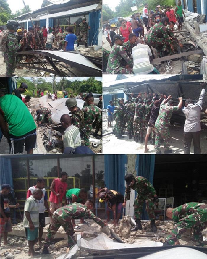 Personel Satgas Yonif 126/KC Bantu Evakuasi Rumah Warga Yang Rubuh