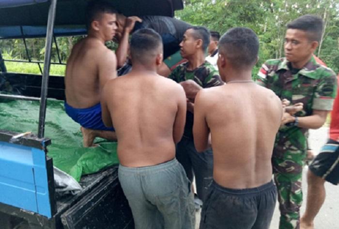 Prajurit Satgas Yonif 126/KC Bantu Evakuasi Korban Lakalantas di Keerom