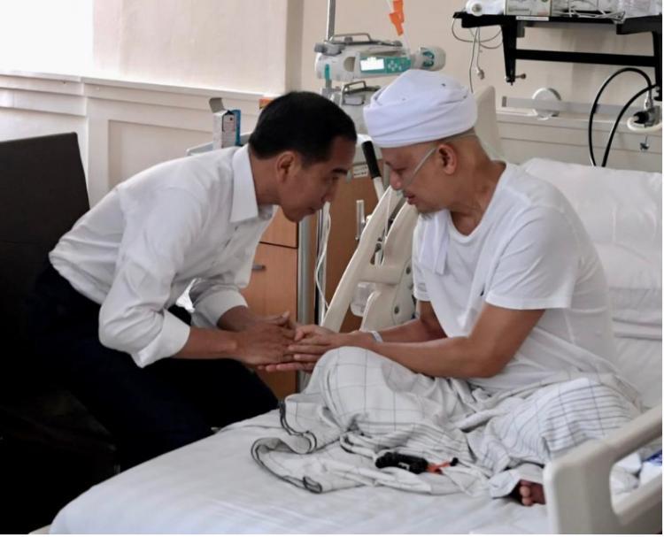 Presiden Jokowi Jenguk Ustadz Arifin Ilham di RSCM