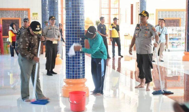 Gotong-royong Bersihkan 5 Vihara, Polres Tanjungbalai Sambut Perayaan Imlek 2571
