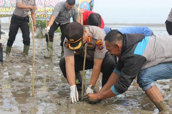 Wujudkan Polri Peduli Lingkungan, Polresta Deli Serdang Tanam Mangrove dan Bibit Buah