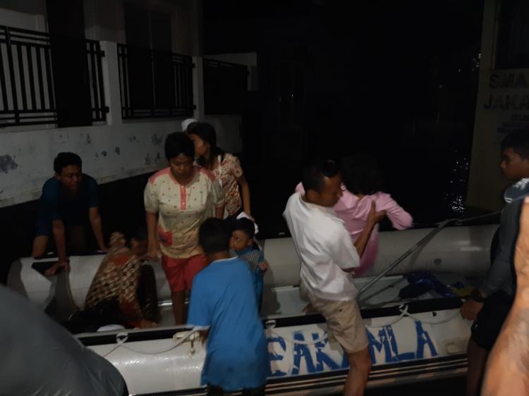 Personel Bakamla RI Bantu Evakuasi Korban Banjir Jakarta