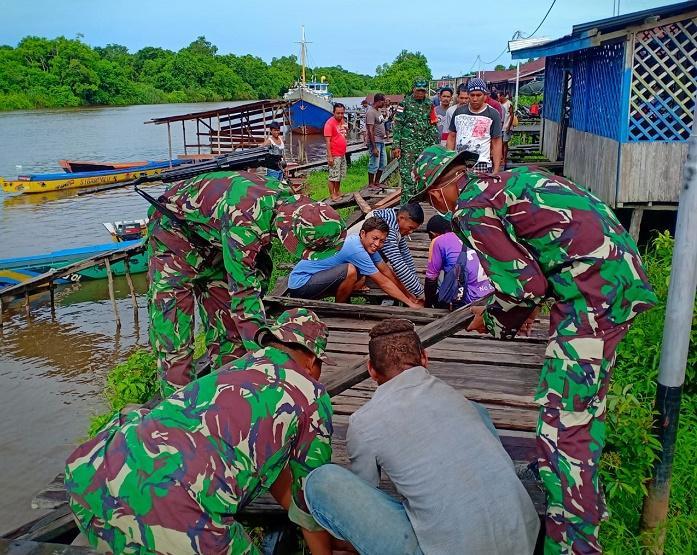 Satgas Yonif/755 Kostrad dan Masyarakat Perbaiki Jalan Papan di Kampung Senggo Papua