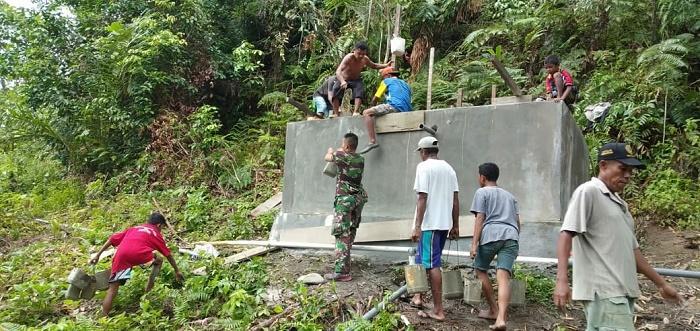 Prajurit TNI dan Warga Dirikan Bak Penampung Air di Desa Tehoru Maluku