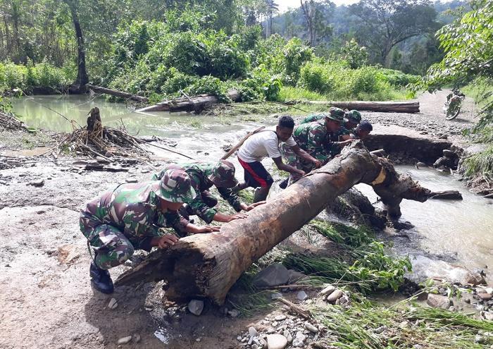 Prajurit TNI Singkirkan Pohon Tumbang di Pemukiman Suku Mausu Ane