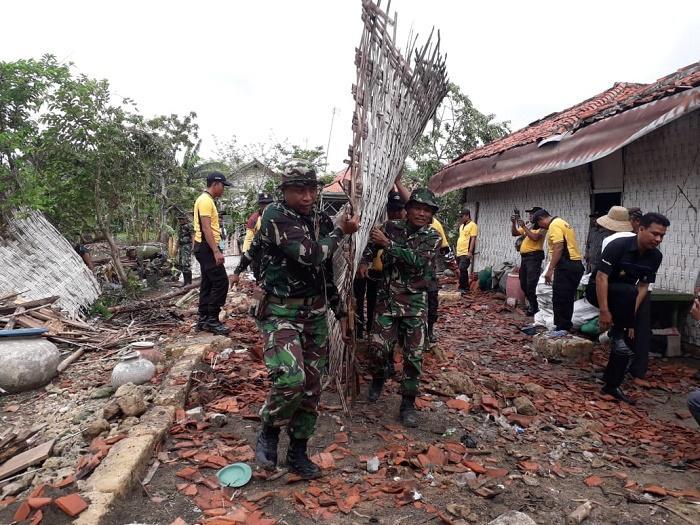 Angin Puting Beliung Melanda Pamekasan, Personil TNI-Polri Bantu Sweeping Lokasi