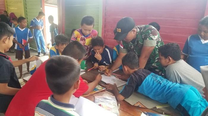 Yonif 133 Yudha Sakti, Satgas Pamtas RI Malaysia Ajak Anak Kampung Badau Gemar Membaca