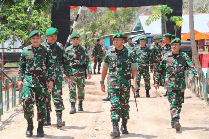 Dansatgas Yonif/411 Kostrad Dampingi Danbrigif 7/RR Tinjau Sektor Selatan Perbatasan RI-PNG