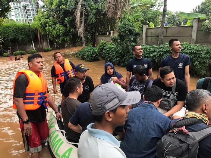 SRT Bakamla RI Gerak Cepat Evakuasi Korban Banjir di Jakarta