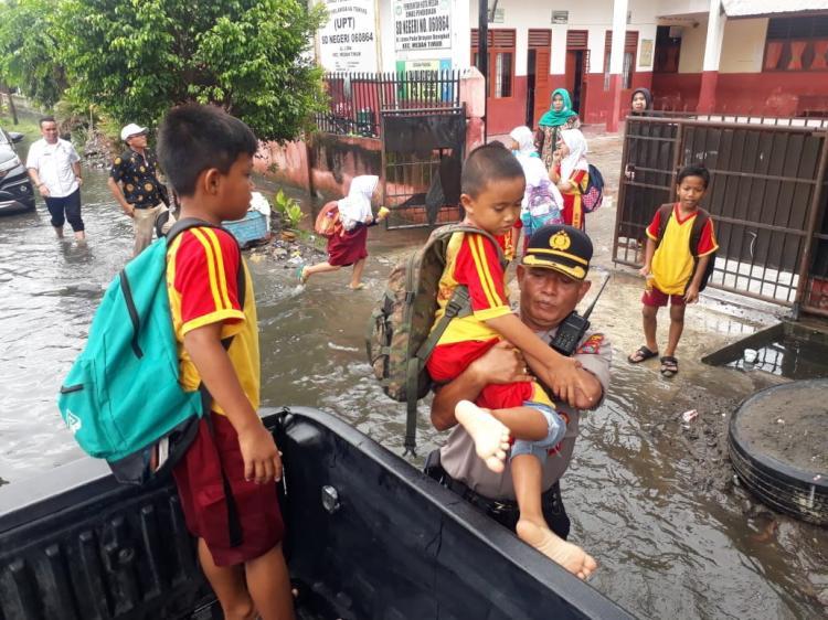 Hujan Deras Mengguyur Kota Medan, Seratusan Rumah di Jalan Pelita Terendam Banjir