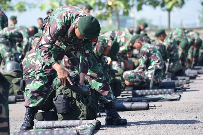 Prajurit Armed 12/Divif 2 Kostrad Cek Perlengkapan Evakuasi Bencana Alam