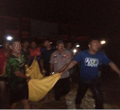 Banjir Tapteng, Kapolres Turun Langsung Kerahkan Personil Bantu Warga