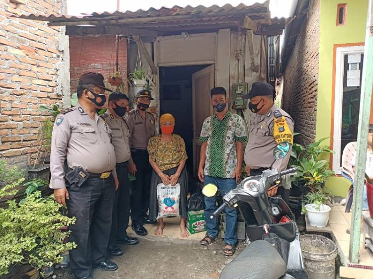 Jumat Barokah, Kapolsek Medan Timur Santuni Janda Lanjut Usia Terdampak Corona di Jalan Bilal