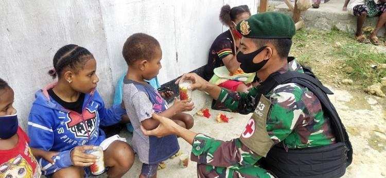 Hari Gizi Nasional, Satgas Yonif MR 413 Kostrad Gelar Posyandu untuk Anak-anak Kampung Yowong