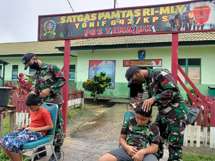 Cukur Rambut, Anak-Anak Datangi Pos Satgas Pamtas Yonif 642/Kapuas
