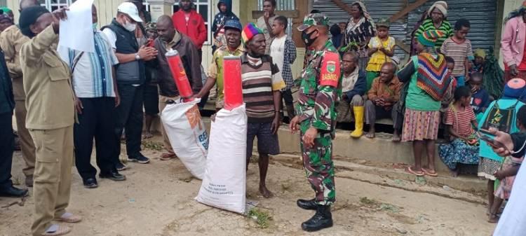 Babinsa Enarotali Bantu Salurkan Bansos Korban Banjir dan Longsor di Kabupaten Paniai Papua