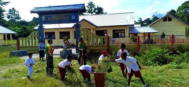 Satgas Yonif MR 413 Ajarkan Siswa SD Perbatasan RI-PNG Jaga Kebersihan Lingkungan