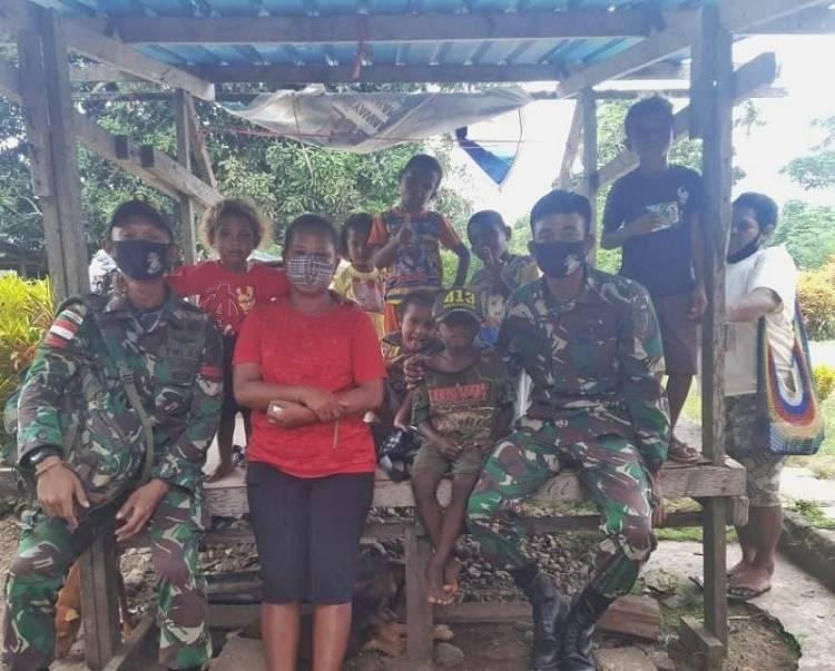 Hibur Anak Perbatasan RI-PNG, Satgas Yonif MR 413 Kostrad Berikan Gula-Gula
