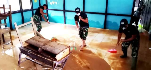 Pasca Banjir di Bengkayang Kalbar, Satgas Pamtas Yonif 642 Bersama Warga Bersihkan Sekolah