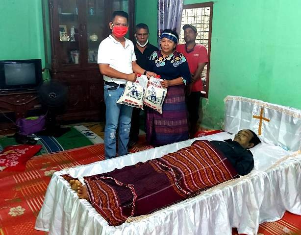 Ketua Pewarta Santuni dan Bagikan Sembako Kepada Keluarga Alm Lasron Hasudungan Situmorang