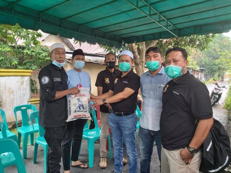 Melayat ke Rumah Duka, Ketua Pewarta  Berikan Santunan Kepada Keluarga Budiman Amin Tanjung