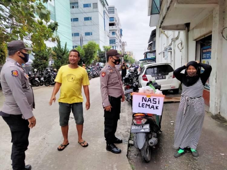Polsek Medan Timur Kembali Bagi-bagi Masker, Warga Diminta Terus Taati Prokes