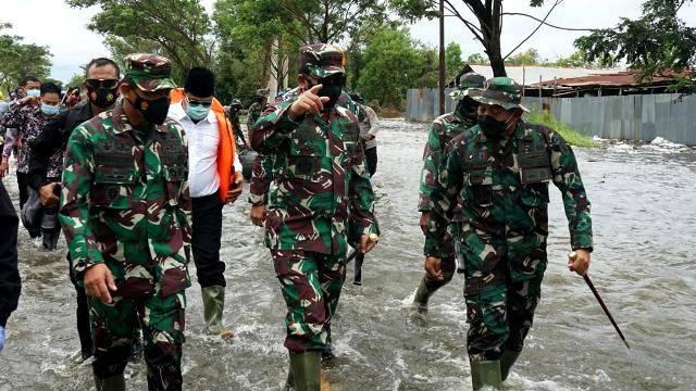 Banjir Kalsel, Panglima TNI Serahkan Bantuan Presiden Jokowi dan 34 Perahu Karet