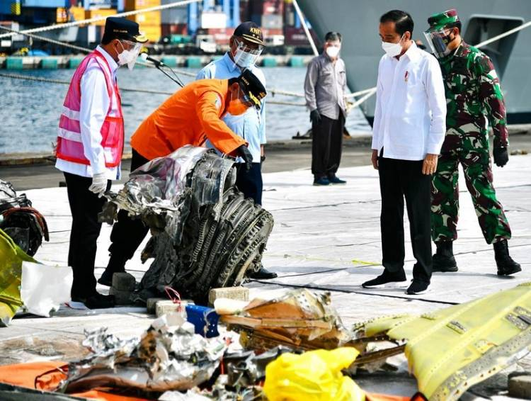 Presiden Jokowi Apresiasi Kerja Keras Tim SAR Gabungan Evakuasi Pesawat Sriwijaya Air SJ 182