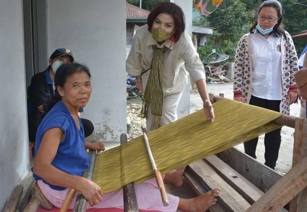 Dukung Beli Kreatif Danau Toba, Ketua Dekranasda Dairi Tinjau Petenun Silahisabungan